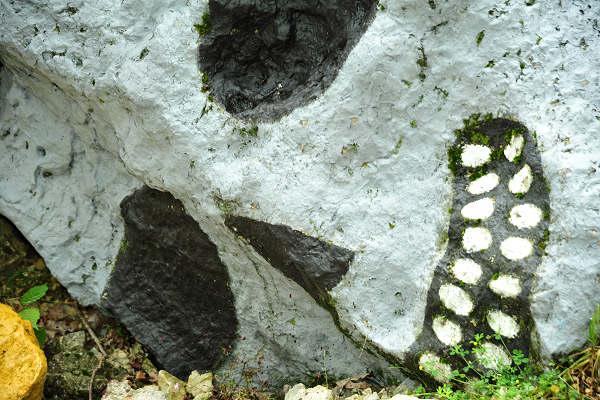 Cave di rubbio - teschio dipinto su una roccia