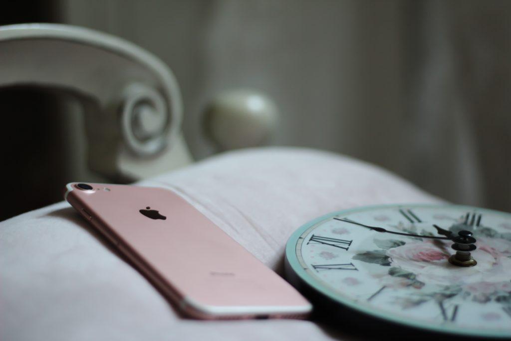 dormire meglio - non leggere il cellulare a letto al mattino e la sera