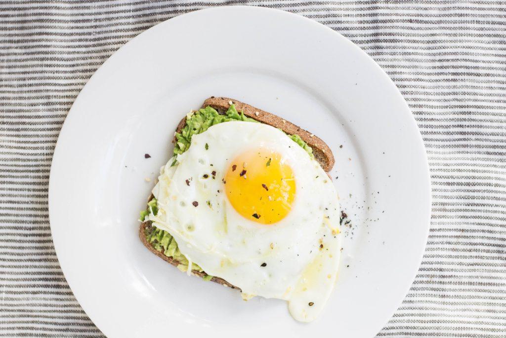 uovo tramezzino e salsa di avocado - varsavia - dove fare colazione e brunch